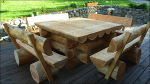 Table et chaises / bancs en rondins de bois