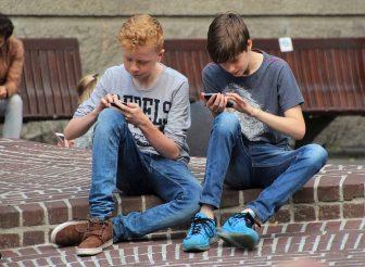 Adolescents jouant à water splash sur leur telephone