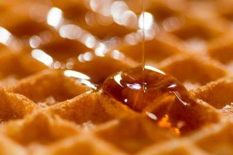 miel de manuka sur une gauffre