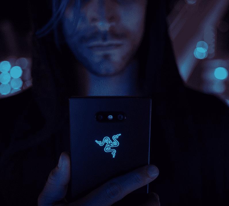 logo Razer s'illumine au dos de Razer Phone 2