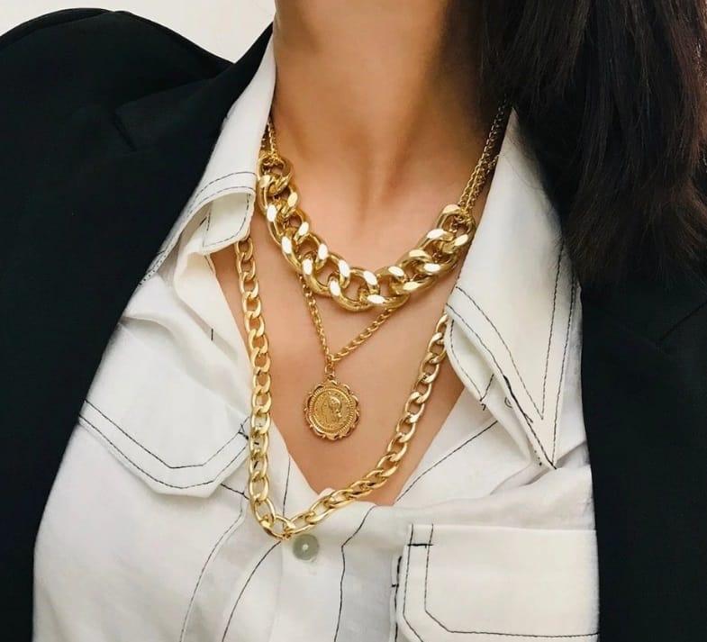 Une femme avec des colliers